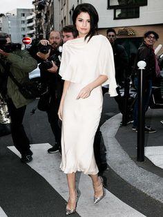 Der Lady-Style steht Selenawirklich unglaublich gut: Im September 2015 kamsiezu einem Fotoshooting in diesem Seidenkleid mit Fledermausärmeln und alle Paparazzi flippten aus.