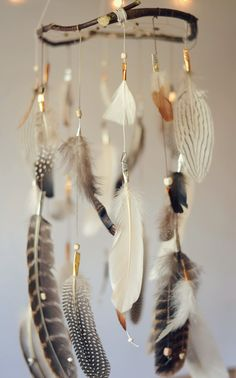 Federn Dreamcatcher Mobile träumen verspielt DIY can I do this with Turkey feathers Feather Crafts, Feather Art, Feather Mobile, Mobiles, Dream Catcher Mobile, Feather Dream Catcher, Diy And Crafts, Arts And Crafts, Crafts Cheap