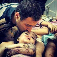 Se vc vir uma crianca no esgoto metade carne metade lama, vc verá no rosto o efeito da bomba, o resultado morto da ambição humana!   A raça humana chegou ao mais profundo abismo da escuridão ! #DEUSTEMMISERICORDIA #FimdaGuerra #deustajunto #poldi #israel #boanoite #Issonaopode #JesusMariaeJose #Cn #Paz #Amor #ChegadeViolencia #Crianca #Children #Maldade #Misericordia #Aversao #FaltaDeus #Chorando #Indignacao