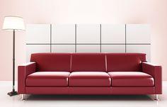 Sofá vermelho em sala moderna