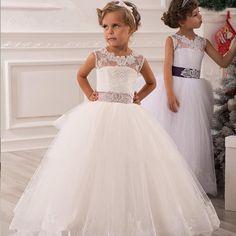 Sonar con vestido blanco de primera comunion