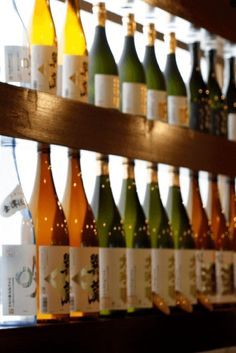 Sake 101 for sake beginners. Find out more about sake tasting, different types of sake, and more. A fun and easy guide to the basics of sake for sake beginners. Japanese Rice Wine, Japanese Drinks, Japanese Sake, Japanese Food, Japan Travel Tips, Asia Travel, Cherry Season, Wine Guide, Wine Tasting