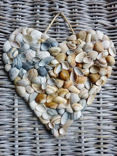 Do it yourself ideas and projects: 50 Magical DIY Ideas with Sea Shells Mach es selbst Ideen und Projekte: 50 magische DIY-Ideen mit Muscheln stones, shells… Seashell Art, Seashell Crafts, Beach Crafts, Diy And Crafts, Crafts For Kids, Arts And Crafts, Seashell Projects, Deco Nature, Pebble Art