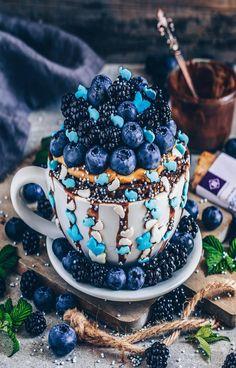 Heiße Schokolade mit Blaubeeren und Brombeeren Hot chocolate with blueberries and blackberries Delicious Desserts, Yummy Food, Tasty Snacks, Sweet Cupcakes, Food Goals, Aesthetic Food, Cute Food, Food Cravings, Vegan Chocolate