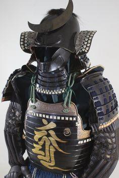 ヤフオク! - 梵字金蒔絵横剥二枚胴具足 変わり形兜 江戸時代... Japanese Blades, Japanese History, Samurai Warrior, Warfare, Armour, Auction, Samurai Swords, Body Armor, Samurai