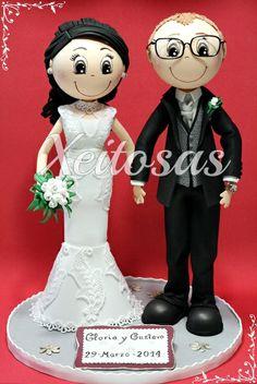 Pareja fofuchas novios personalizados para la tarta de su boda. Todos hecho en goma eva, el traje de la novia cubierto de tul y puntilla.  Es un trabajo de Xeitosas: www.xeitosas.com