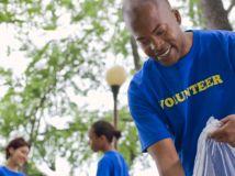 Un artículo: jóvenes puertorriqueños hacen trabajo voluntario.