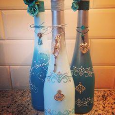 Geverfde flessen in blauw tinten