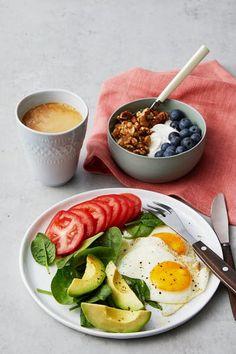 Liberal low-carb breakfast with fried eggs & yogurt ‒ Recipe ‒ Diet Doctor Healthy Desayunos, Healthy Meal Prep, Healthy Breakfast Recipes, Healthy Snacks, Healthy Eating, Healthy Recipes, Yogurt Recipes, Low Carb Recipes, Health Dinner