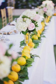 Décoration de mariage de printemps très fraiche avec citron