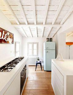 minimal and narrow kitchen Si pudieras poner así los fogones, hasta podríais estar cocinando dos en vuestra minicocina :p @carfegon
