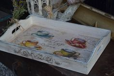 bandeja. Decoupage Wood, Decoupage Vintage, Tole Painting, Painting On Wood, Wood Crafts, Diy And Crafts, Country Paintings, Pallet Art, Wine Bottle Crafts