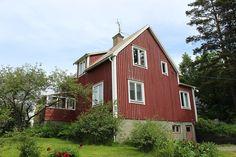 I Lugnvik ligger denna 1½ plansvilla med källare. Villan har ett vattenburet värmesystem med kombipanna. I Lugnvik kan du finna en bra boendemiljö på landet men ändå med nödvändig service inom bekvämt avstånd. Avstånd till: småbåtshamn i Ångermanälven 1 km, bank/kiosk/livsmedel 300m. Kramfors 18 km, Härnösand 45 km, Sollefteå 50 km, Höga Kusten Airport 18 km. Höga Kusten Skolan 7 km. Välkommen att boka tid för visning!