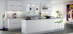 Hvid højglanskøkken med kogeø i særklasse - Zafir Bianco | Aubo Køkken