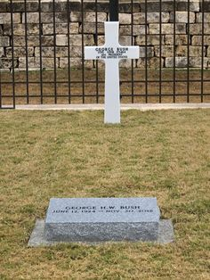 George Herbert Walker Bush (June George H. Bush Presidential Library and Museum, Texas A&M University in College Station, Texas Cemetery Statues, Cemetery Headstones, Old Cemeteries, Cemetery Art, Graveyards, Julius Caesar, Michael Jackson, Grave Monuments, Famous Tombstones