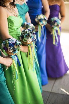 Свадьба в цветовой гамме перьев павлина. Подружки невесты
