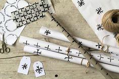 Eine hübsche DIY-Idee Geschenkpapier und Etiketten zu bestempeln - mit leeren Klopapierrollen.