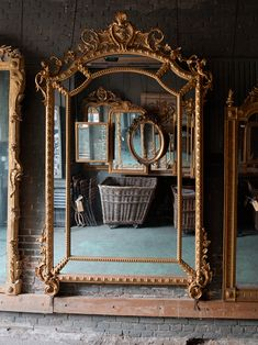 The mirror universe of Anouk Beerents in Amsterdam - Home Design & Interior Ideas Vintage Gold Mirror, Gold Framed Mirror, French Mirror, Modern Vintage Decor, Vintage Room, Mirror Restoration, Mirror Decor Living Room, Old Mirrors, Aesthetic Room Decor