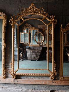 The mirror universe of Anouk Beerents in Amsterdam - Home Design & Interior Ideas Vintage Gold Mirror, Gold Framed Mirror, French Mirror, Modern Vintage Decor, Vintage Room, Mirror Decor Living Room, Bedroom Decor, Mirror Restoration, Old Mirrors