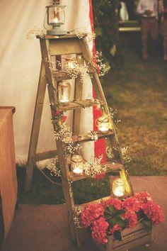 Echelle avec fleurs et bougies - déco romantique (escabeau pour support à bougies)