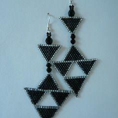 """Boucles d'oreilles en tissage brick stitch motif """"triangles"""" noir et argenté"""