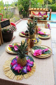 Easy Luau Centerpiece More Are you planning a Luau? Maybe for a Graduation or Birthday celebration? Decorating for a Luau doesn't have to be time-consuming, the easiest decorations often have the most impact Aloha Party, Luau Theme Party, Party Set, Hawaiian Luau Party, Moana Birthday Party, Hawaiian Birthday, Tiki Party, Luau Birthday, Festa Party