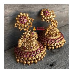 Gold Jhumka Earrings, Indian Jewelry Earrings, Jewelry Design Earrings, Gold Earrings Designs, Antique Earrings, Pearl Jhumkas, Jewelry Necklaces, Gold Designs, Ear Jewelry