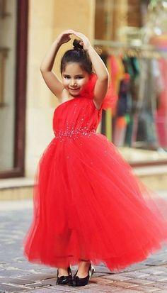 Vestidos De Niña Escote Asimetrico.  La asimetría en un vestido puede darse tanto en el escote como en el largo del vestido. Esto se traduce en un corte muy elegante que favorece mucho a las niñas, además de dar ... Ver más aquí: https://imagenesdevestidosdenovia.com/vestidos-de-nina-escote-asimetrico/