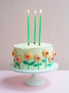 Faça uma fileira de florescimento cookies.   28 Deceptively Easy Ways To Turn A Cake Into A Work Of Art