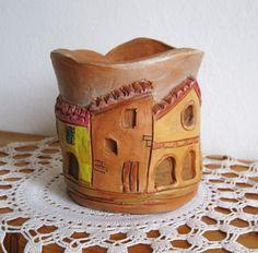 Ispirato dai portici  e dalle casette dai caldi colori del centro di Bologna.
