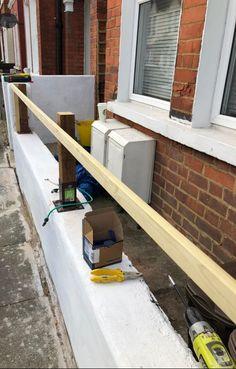 How To Create a Floating Cedar Wood Slat Fence - Step-By-Step Tutorial Modern Wood Fence, Cedar Wood Fence, Wood Slats, Fence Wall Design, Privacy Fence Designs, Horizontal Slat Fence, Wall Panel Molding, Small Front Gardens, Dark Wood Stain