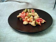 Ricette con albume avanzato - Gnocchetti fatti in casa con un sugo di pomodoro, ricotta e olive verdi