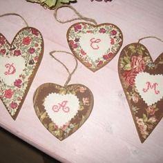 Coeurs en bois avec appliqué tissu patch surmonté d'un coeur de lin