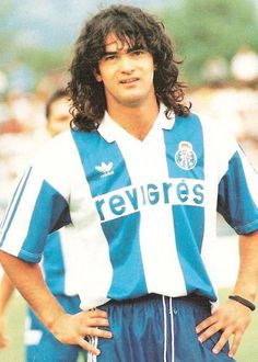 Fernando Couto, cabelo tipo roqueiro, pose tipo galã, manto honrado do FC Porto.