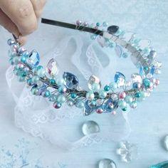 Прелестный ободок для чудесной девушки получился нежный и воздушный ☁☁☁ как облако  #ободкиназаказ #ободкиручнойработыказань #подарок #модно #стильно #торжество #ободок #аксессуарыдляволос #ручнаяработа #ободокручнойработы #авторскаяработа #стильноеукрашение#тренд #бусины #ободокизбусин Jeweled Headband, Crystal Headband, Hair Jewelry, Bridal Jewelry, Beaded Jewelry, Hair Accessories For Women, Wedding Hair Accessories, Decorative Hair Pins, Diy Tiara