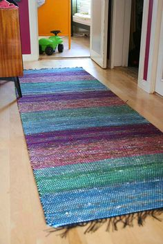Ihan tavallinen: Räsymatto Weaving Projects, Craft Projects, Loom Weaving, Hand Weaving, Striped Rug, Recycled Fabric, Woven Rug, Garter Stitch, Rugs On Carpet