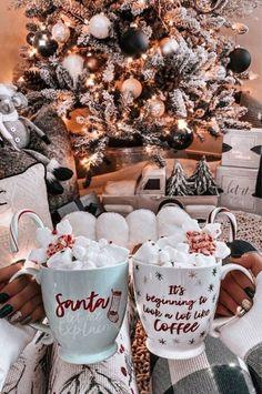 wohnzimmer festlich dekoriert weiße und schwarze weihnachtskugeln geschenke unter baum frauen mit weihnachtsgetränk mit marshmallows christmas wallpaper hd