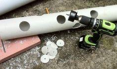 Il perce des trous dans un tuyau de PVC et l'installe à côté de l'escalier. 1 mois plus tard, les résultats sont fabuleux!