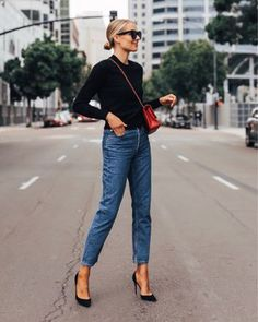 Black cashmere sweater (xs) High rise straight leg jeans (tts) Black pumps (linked similar. Look Casual Otoño, Casual Chic, Smart Casual, Business Casual Jeans, Business Outfit, Looks Street Style, Looks Style, Mode Chic, Mode Style
