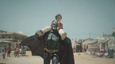 Batman salva la vida de un niño refugiado