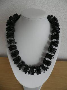 Ketting van zwart rubber.Tussen het rubber zitten door assieshop