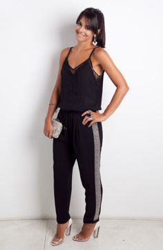 Look detalhe tarja bordada lateral trekking pants - Look Kika Locchi