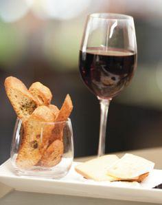 Rien de mieux qu'un bon verre de vin rouge pour accompagné un délicieux fromage.