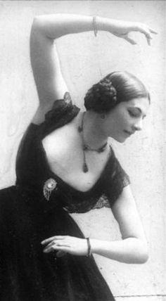 Mata Hari, Égérie de la Belle Epoque dansant aux Folies Bergère, Paris (1910s).                                                                                                                                                      More