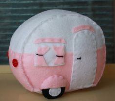 Vintage Camper Pin Cushion & Pillow Pattern--This is super cute! Felt Crafts, Fabric Crafts, Sewing Crafts, Sewing Projects, Sewing Kits, Vintage Campers Trailers, Retro Campers, Horse Trailers, Travel Trailers