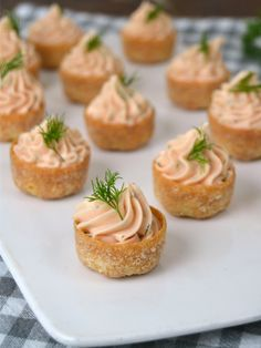 Tartaletas de mousse de salmón - Juanan Sempere Finger Food Appetizers, Appetizers For Party, Finger Foods, Appetizer Recipes, Dinner Party Recipes, Holiday Recipes, Salmon Mousse Recipes, Food Platters, Mini Foods