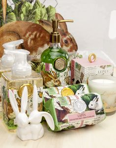 Nothing says spring more than the soft scent of clover and fresh sweet grass. Our Lapin and Garden Bunny collections are perfect to refresh your home for the spring (and Easter! Brand Packaging, Packaging Ideas, Shea Butter Soap, Store Displays, Soap Making, It Works, Bunny, Candles, Table Decorations