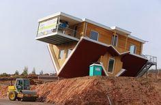 Duitsers bouwen huis... ondersteboven - Het Belang van Limburg
