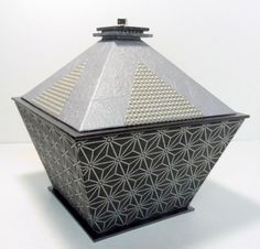 Boîte Pyramide : fiche technique créée par Dany Guichard Selling Jewelry, Jewelry Shop, Metal Trays, Covered Boxes, Bookbinding, Jewellery Storage, Diy Paper, Personalized Jewelry, Packaging Design
