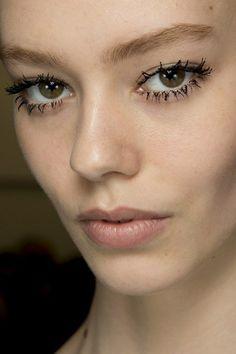 Beauty Boom: Destaque nos cílios e no delineador é uma das tendências de maquiagem para o Inverno 2014! #trends #maquiagem #delineador #cilios #inverno #beleza #desfile #prada